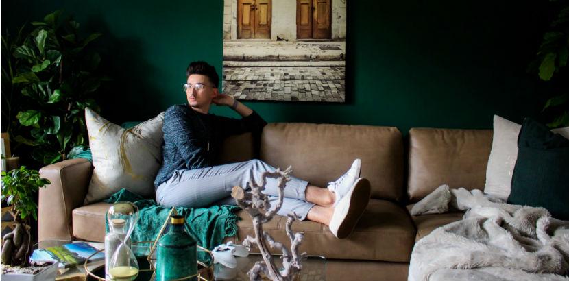 Wohnungssuche Wien: Ein Mann sitzt auf einer Couch.