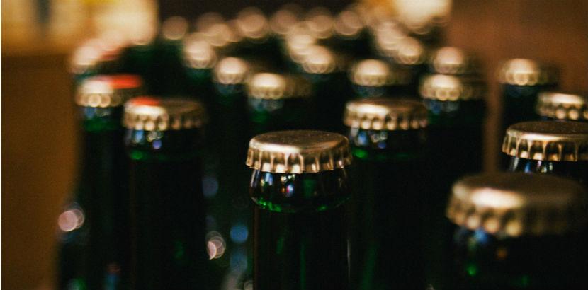 Alkoholsucht: Bierflaschen im Close-Up