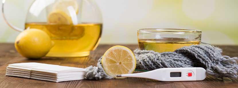 Fieberthermometer, Tee und Zitrone bzw. Limette in der Behandlung des Corona Virus.