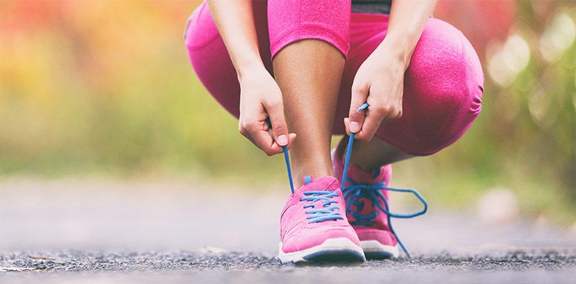 Eine junge Frau mit Fibromyalgie beim Joggen.