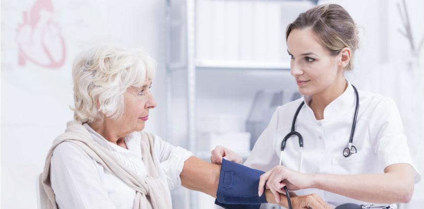 Internist Graz: eine Ärztin misst den Blutdruck