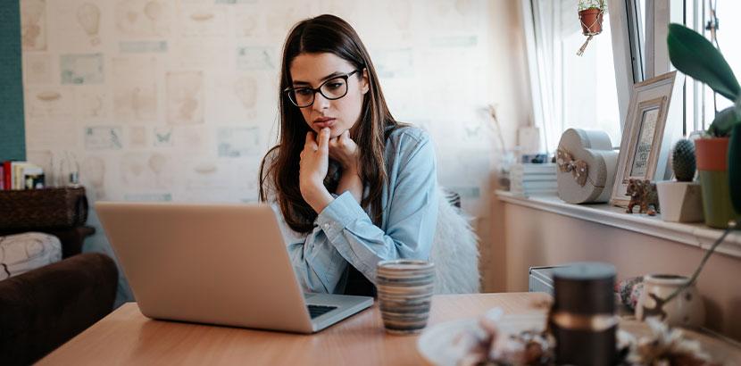 Junge Frau, die Sorgen wegen der Corona-Pandemie hat und sich deshalb in Online Therapie, Online Beratung begibt.
