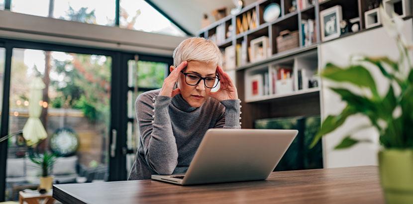 Frau mittleren Alters, die aufgrund von Corona eine Online Beratung in Anspruch nimmt. Online Psychotherapie.