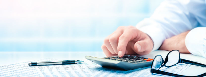 Steuerberatung Salzburg: Hand tippt im Taschenrechner