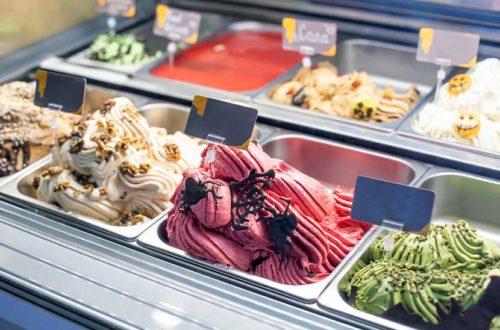 Wundervoll cremige Eissorten in der Auslage eines Eissalons. Eis liefern Wien.