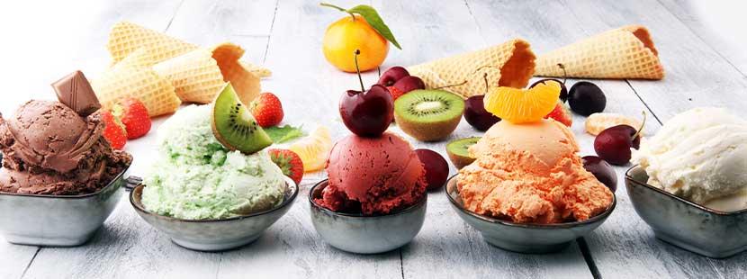 Bilder von wundervollen Eisbechern mit verschiedenen Sorten. Eis liefern Wien.