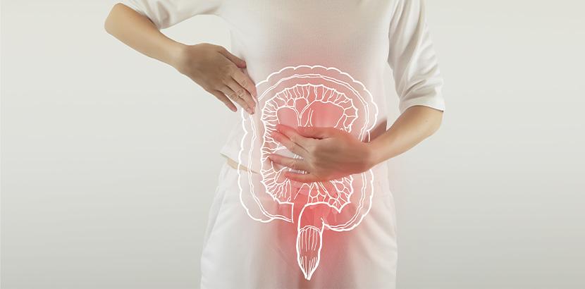 Eine Frau mit einer Abbildung des Verdauungssystems.