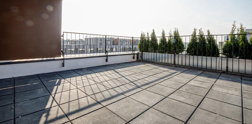Eine Dachterrasse aus Steinplatten.