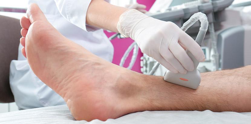 Eine Ärztin die durch eine Ultraschall Untersuchung Informationen sammelt.