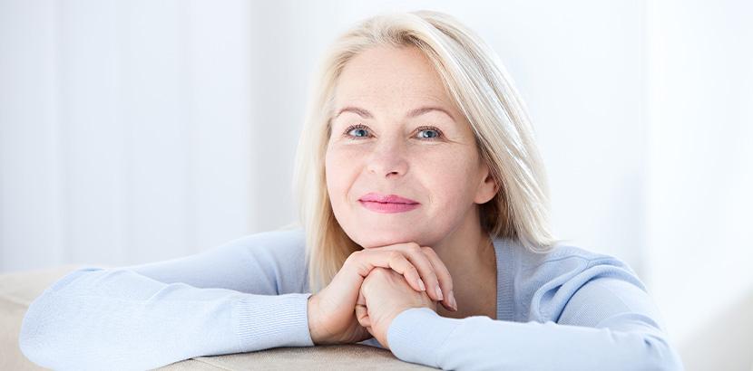 Eine lächelnde Frau über 50.