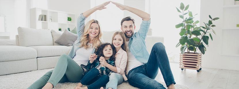 Mutter, Vater mit zwei Kindern, die sie mit einer HPV Impfung schützen.