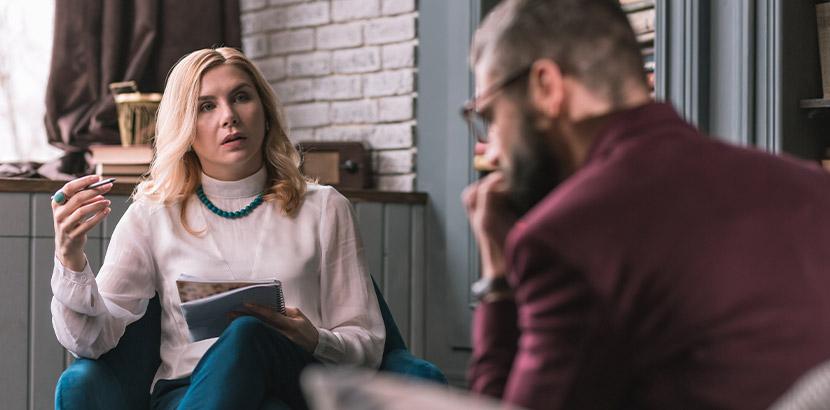 Eine Therapeutin der Gestalttherapie im Gespräch mit ihrem Patienten.