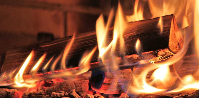 Eine Kamin Heizung in der ein Feuer brennt.