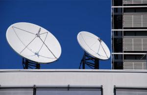 SAT Schüssel Montage mit digital Audio Video Signal von Astra.