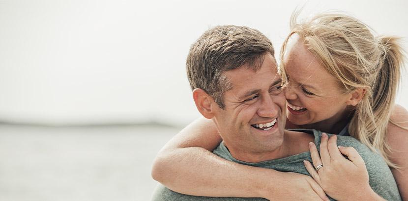 Mann im Alter über 40 Jahren mit Diabetes und seine unterstützende Partnerin, die an den Auswirkungen von Impotenz leiden.
