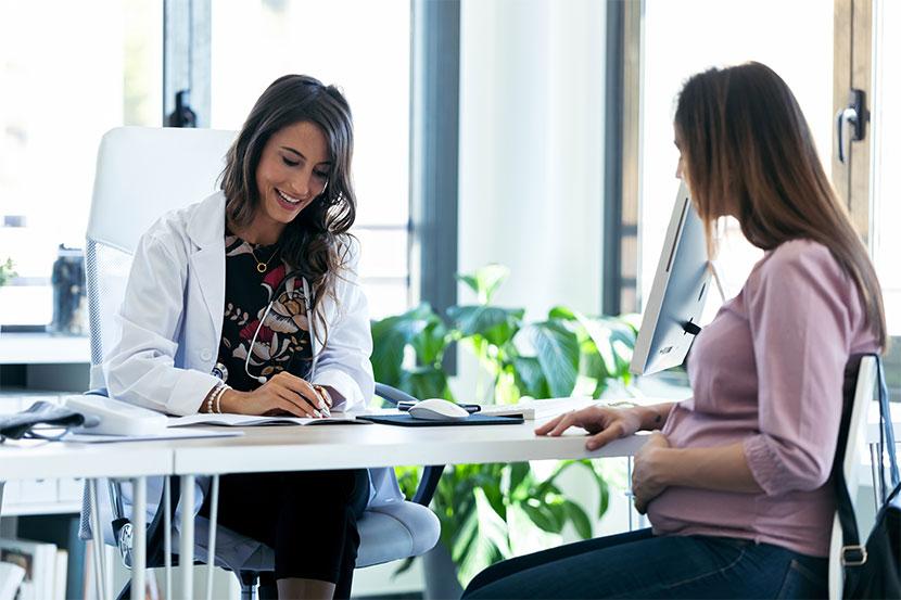 Frauenärztin, die eine Patientin berät. Frauenarzt Innsbruck.