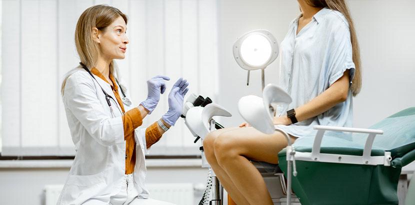 Frauenärztin, die vor der Untersuchung mit Patientin spricht. Frauenarzt Innsbruck.