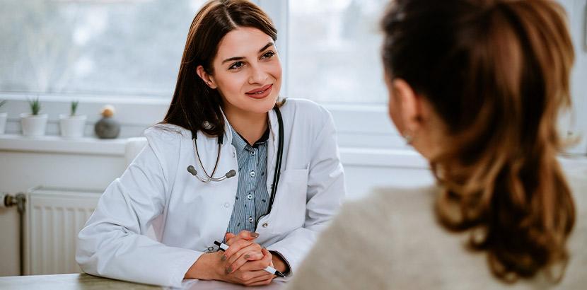 Eine Hausärztin im Gespräch mit einer Patientin bei der Vorsorge und Information.