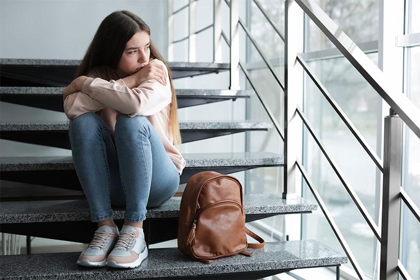 Trauriges Mädchen in der Schule. Mobbing in der Schule.