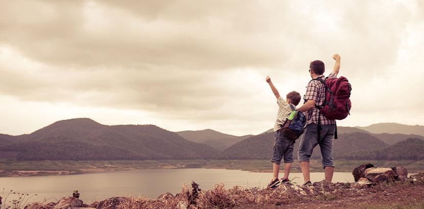 Vater und Sohn beim Wandern.