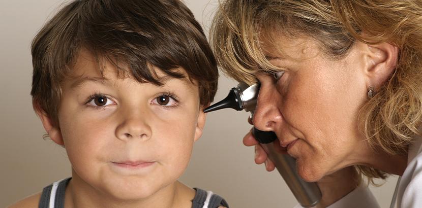 HNO Innsbruck: Ärztin untersucht kleinen Jungen