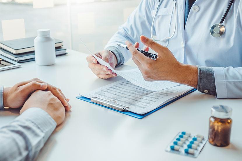 Ein Patient bei der Konsultation mit einem Arzt.