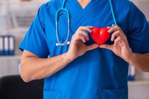 Facharzt für Kardiologie in seiner Praxis und Behandlungsraum.