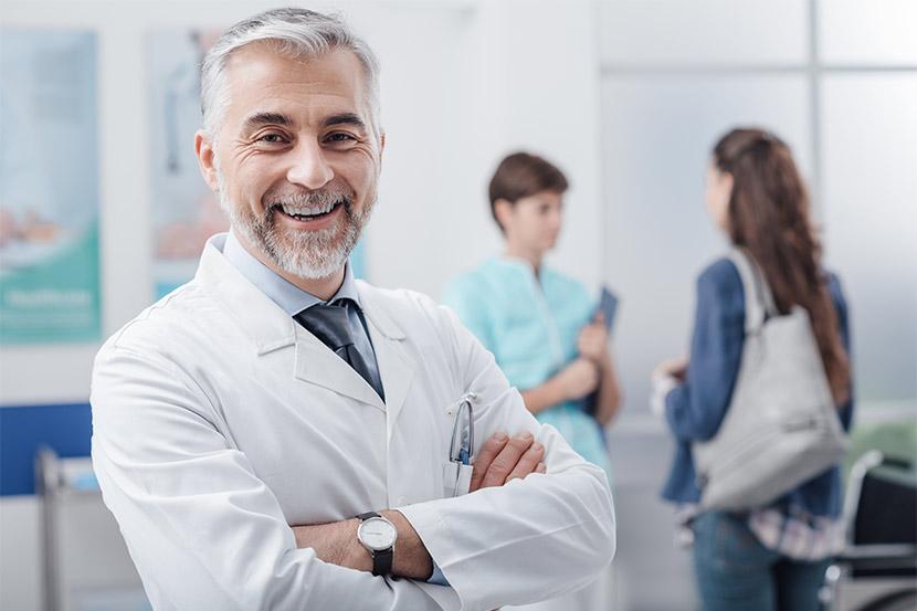 Ein Facharzt für Innere Medizin, Kardiologe und Angiologie in seiner Ordination in Tirol.