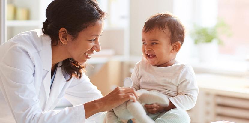 Ein Baby in der Babysprechstunde der Kinderarztpraxis.