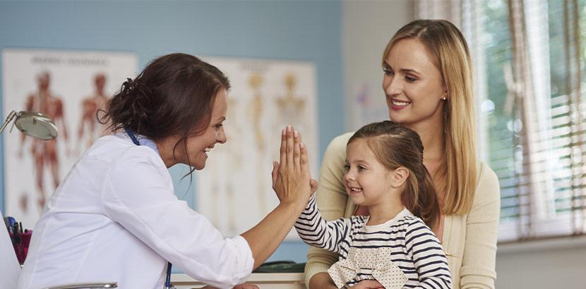 Mutter und Tochter in der Arztpraxis für Jugendheilkunde.