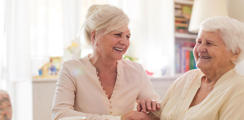 Zwei ältere Frauen im Pflegeheim