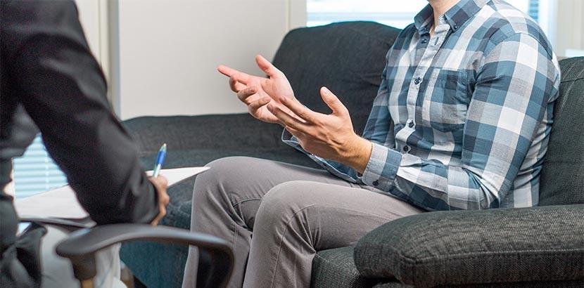 Ein Mann bei der Raucherentwöhnung und Beratung beim Psychotherapeut.