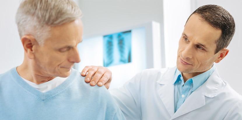Arzt mit Spezialisierung auf Schulter untersucht das Gelenk auf Verschleiß vom Sport.