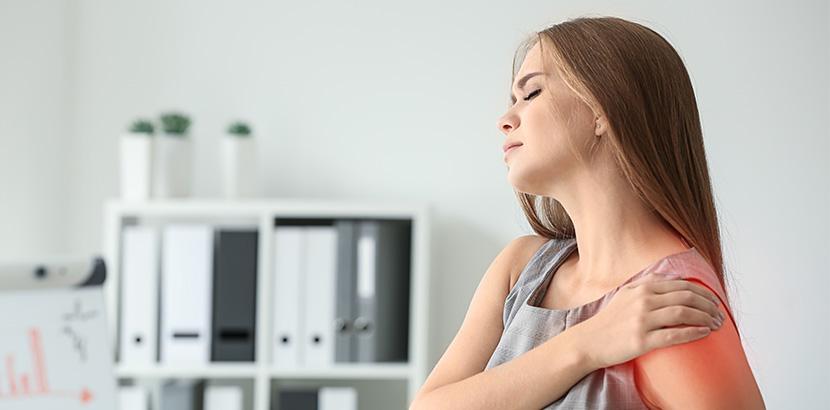 Frau mit Schulterschmerzen in allen 3 Bewegungsebenen.