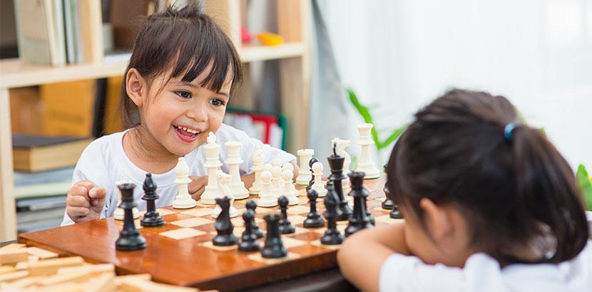 10 jährige Kinder spielen Schach