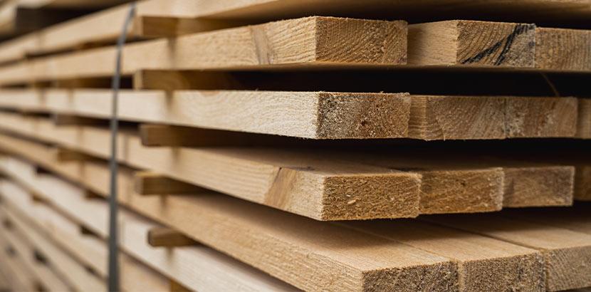 Stapel von Holzbrettern bei der Trocknung im Sägewerk.