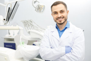 Freundlicher Arzt in heller, moderner Zahnarztpraxis.