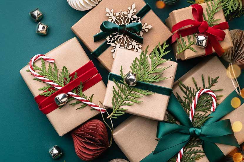 Geschenke mit Verpackung auf grünem Hintergrund.