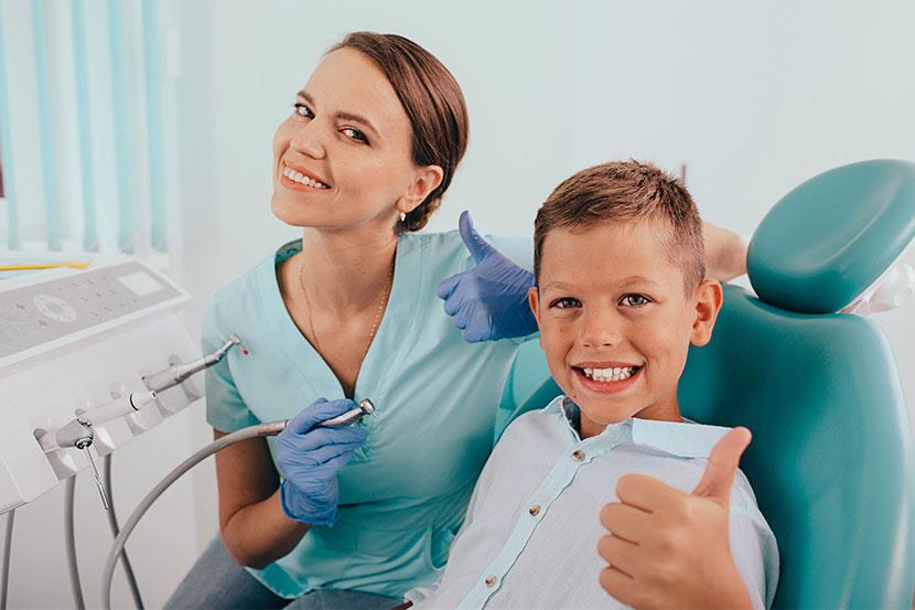 Kind in Behandlung bei Facharzt für Kinderzahnheilkunde.