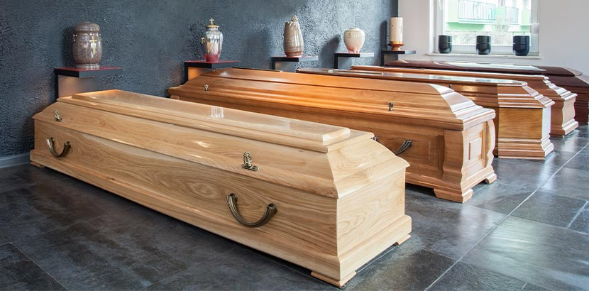 Sarg-Modelle wie Truhensarg, italienischer Sarg für alle Bestattungsarten im Schauraum bei dem Bestatter. Planen von Bestattung nach Sterbefall.