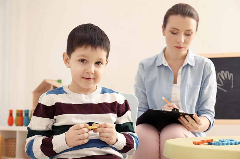 Kind mit Autismus in psychologischer Einheit zur Begutachtung.