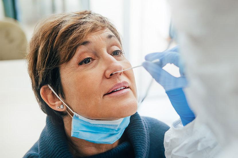 Arzt verwendet Nasenabstrich bei Patienten für Covid-Test.