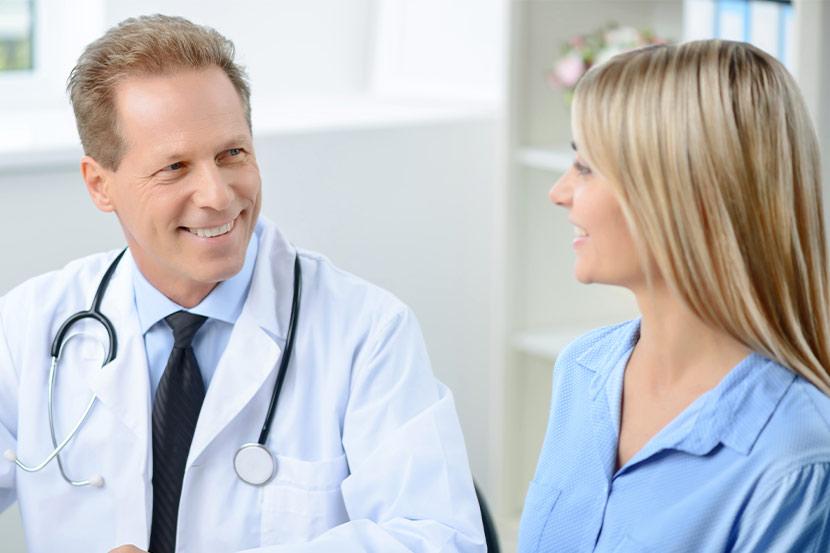 Patientin bei einem Vorsorge-Termin mit Mediziner.