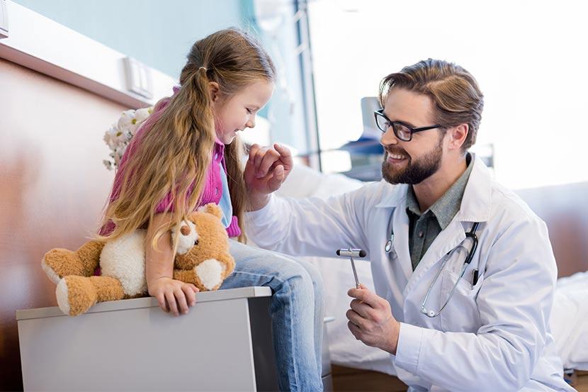 Mediziner untersucht junge Patientin im Krankenhaus.