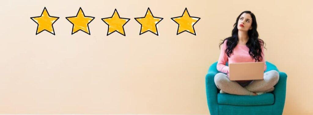 Junge Frau, die überlegt, wie gut sie ihre Kundenbewertungen machen möchte.