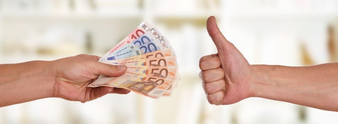 Eine Hand, die einen Fächer aus Geldscheinen einer anderen Hand entgegenstreckt, die den Daumen nach oben reckt. Backlinks kaufen ist eine gefährliche Methode, SEO zu betreiben.