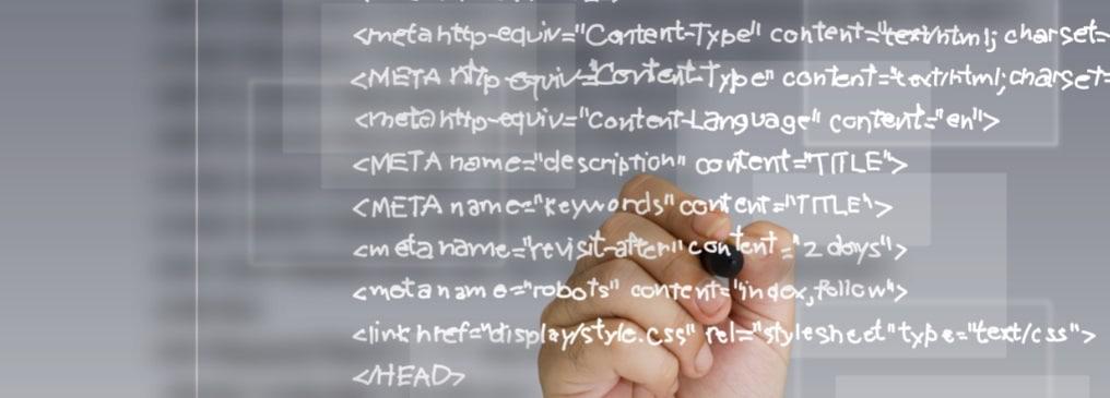 Entwickler, der an einem Whiteboard einen PHP-Quellcode aufschreibt. Versinnbildlicht das Prinzip von Open Source CMS Systemen.