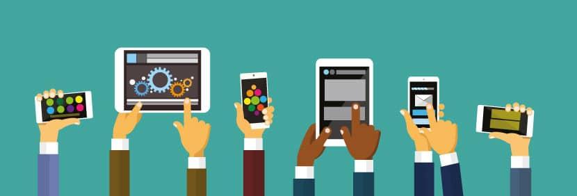 Grafik von verschieden gekleideten Armen und Händen, die mobile Endgeräte in unterschiedlichen Größen in die Höhe halten und das responsive Webdesign veranschaulichen.