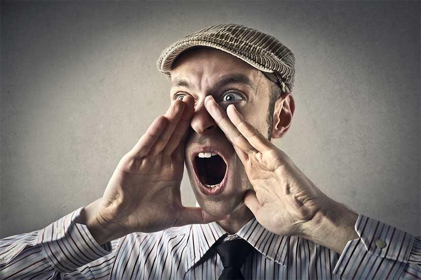Sinnbild für Voice Search Optimierung zeigt jungen Mann der mit seinen Händen einen Trichter formt und laut ruft.