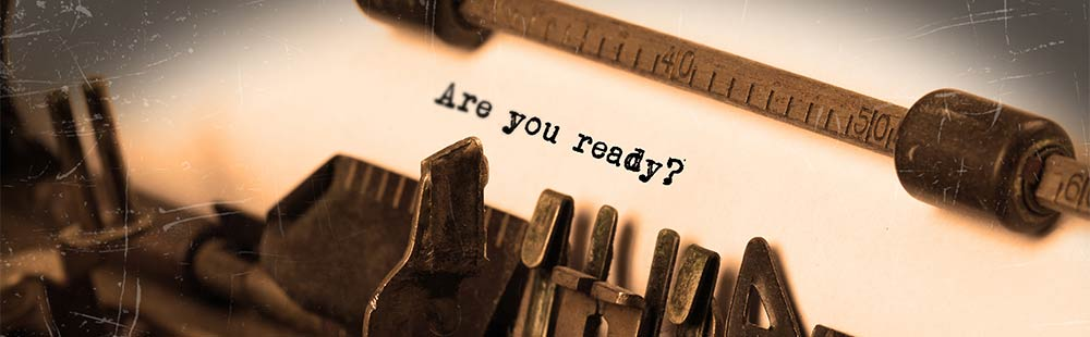 Foto von einer alten Schreibmaschine im Vintage-Stil. Auf dem eingespannten Papier ist zu lesen Are you ready?